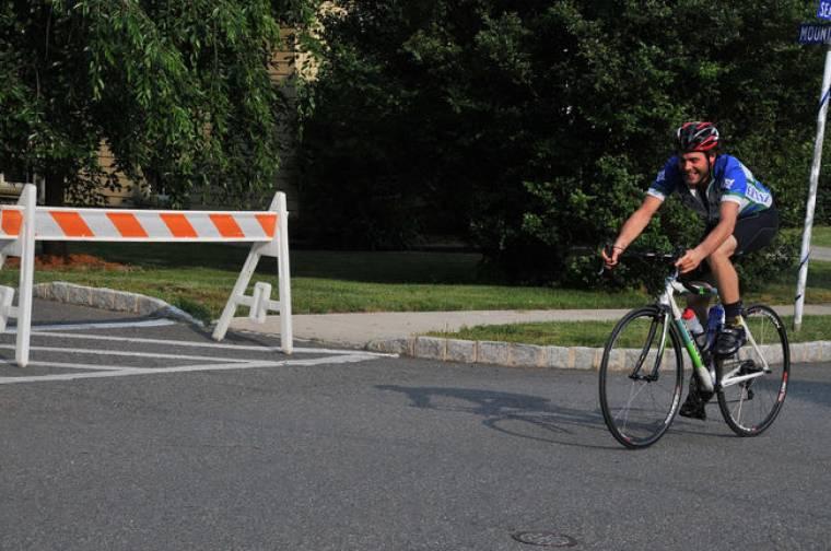 Ο γιος του Sir Takis courier με ποδήλατο