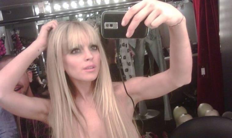 Η Lohan topless στο Twitter