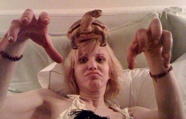 Με μια χελώνα στο κεφάλι η Courtney Love