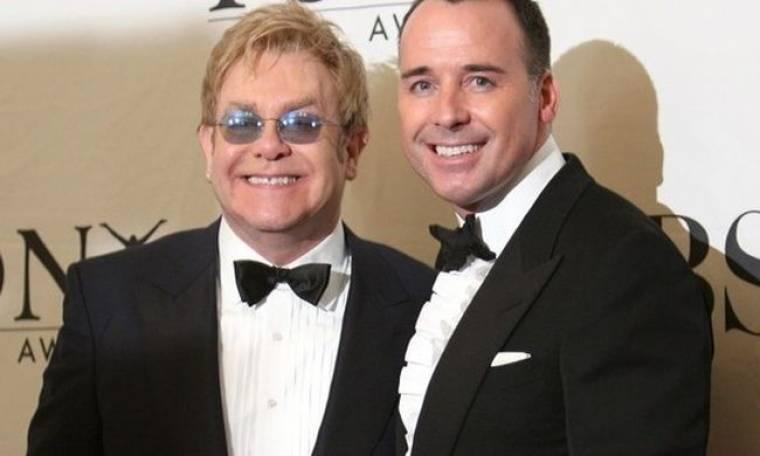 Παραθυράκι για την υιοθεσία του Elton John