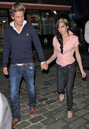 Βόλτες με τον πρώην της κάνει η Winehouse