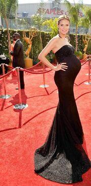 Η πολύ έγκυος Heidi Klum στα Emmy Awards