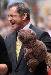 O Μελ Γκίπσον και το... καινούριο του αρκουδάκι!