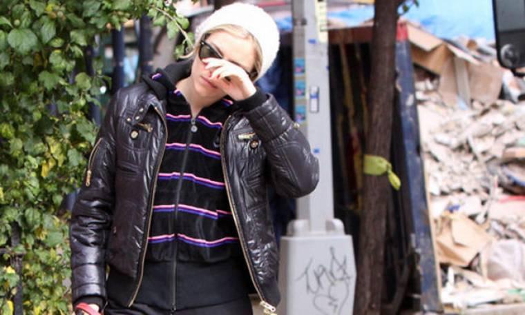 Γιατί κλαίει η Sienna Miller;