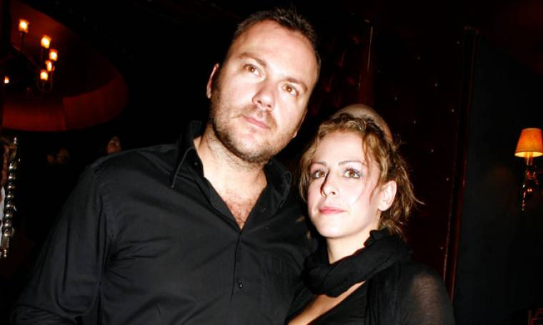 Τι κοιτάζουν ο Τόνυ Δημητρίου και η σύζυγό του Νίνα Αλτάνη;