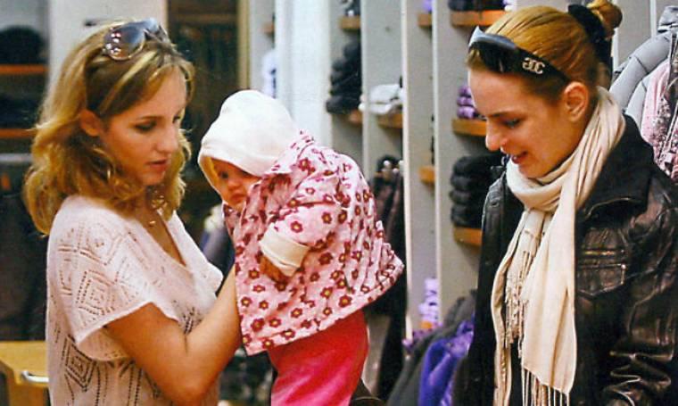 Η Μαίρη Ακριβοπούλου με την κόρη της στην αγορά της Θεσσαλονίκης