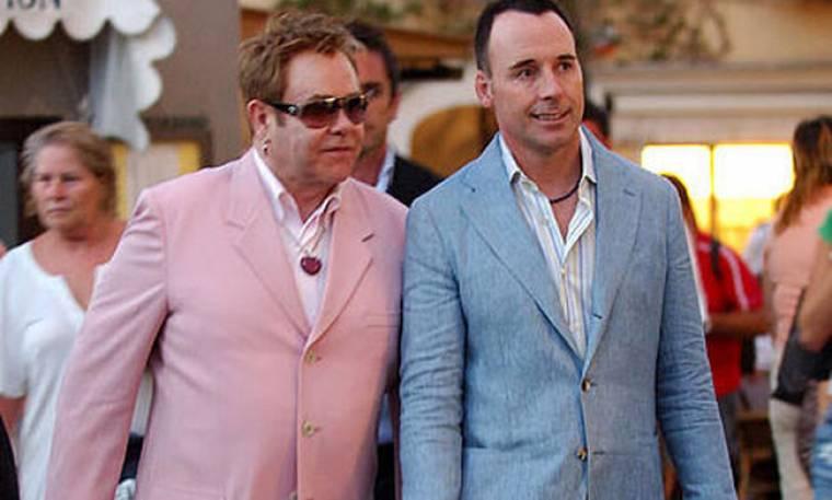 Elton John: Χριστούγεννα με τα βαφτιστήρια του