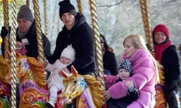 Η οικογένεια Arshavin σε πάρκο αναψυχής στο Λονδίνο