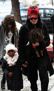 Στο Λονδίνο με τις κόρες της
