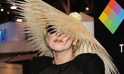 Έφτιαξε καπέλο με τα μαλλιά της