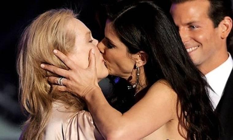 Το καυτό φιλί της Sandra Bullock με την Meryl Streep