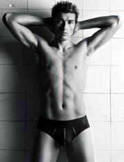 Η φωτογράφηση του Jesus Datolo σε gay περιοδικό
