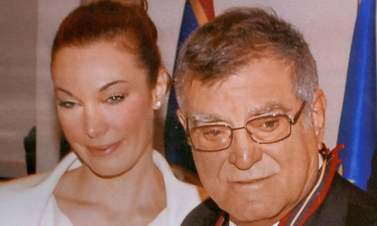 Η συγκίνηση της Τατιάνας Στεφανίδου στη βράβευση του πατέρα της