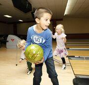 Καμηλά- Στογιάκοβιτς: Με τον γιο τους σε φιλανθρωπικό bowling