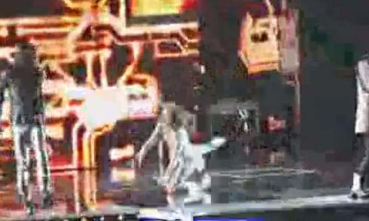 Video: Η Fergie έπεσε κατά τη διάρκεια συναυλίας της