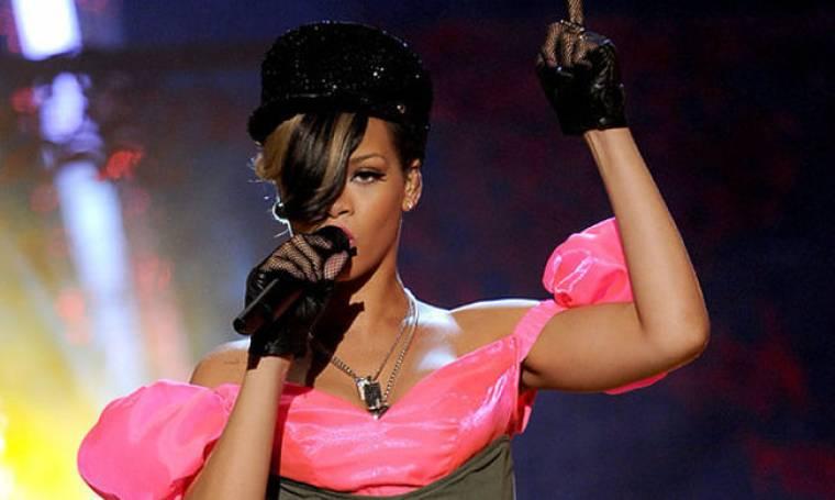 Video: Η Rihanna μαθαίνει ντραμς