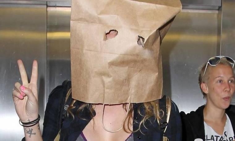 Ποια κρύβεται κάτω από τη σακούλα;