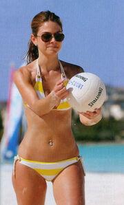 Παιχνίδια στην παραλία για την Μαρία Μενούνος