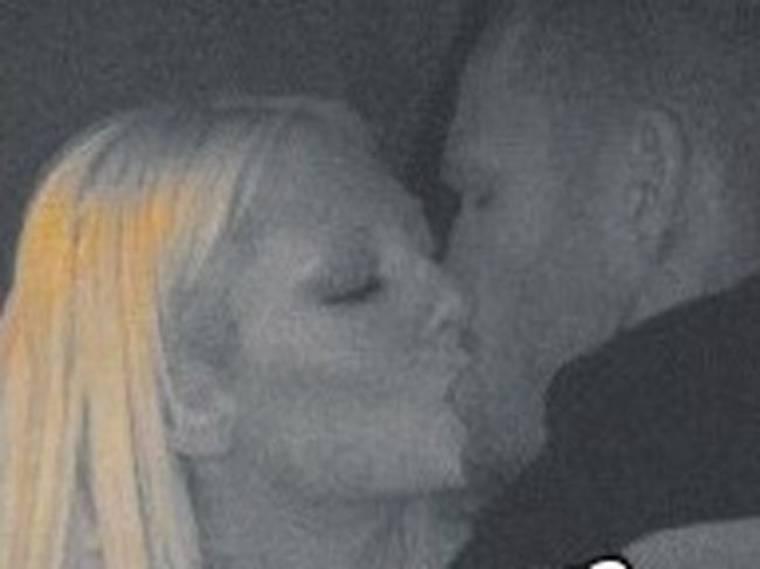 Τα καυτά φιλιά Ian Scott και Τζούλιας Αλεξανδράτου