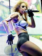 Lady Gaga: Τα νεύρα της για το σκισμένο καλσόν!