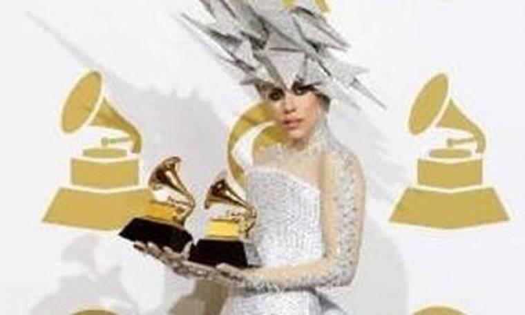 Η Lady Gaga επιμένει με Νικόλα Πέτρου