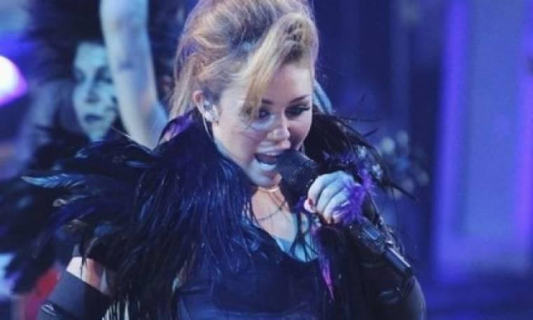 Miley Cyrus: Της επιτέθηκε σκορπιός on air!