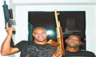 Ποζάρει κρατώντας... όπλο ο Adriano