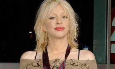 VIDEO: Δείτε την Courtney Love να τραγουδάει.... topless!