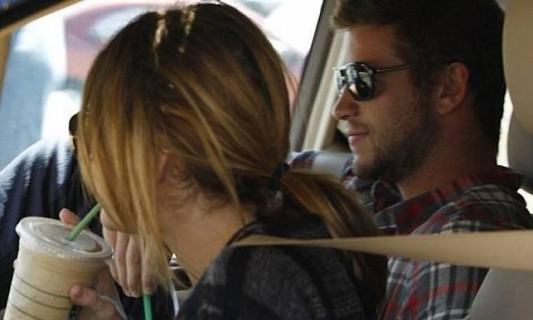 Η Miley φιλάει τον Liam