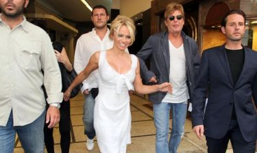 Video: Η πρώτη βόλτα της Pamela Anderson στην Αθήνα