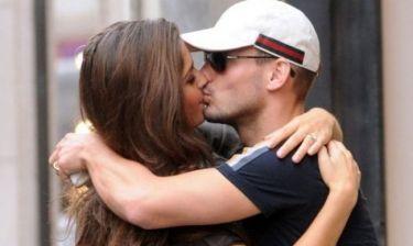 """Το """"καυτό"""" φιλί του Sneijder στη σύντροφό του"""