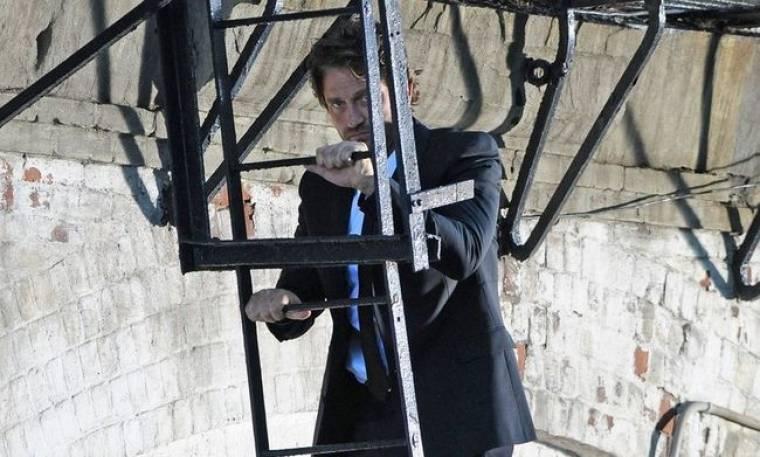 Τι κάνει ο Gerard Butler στη σκάλα;