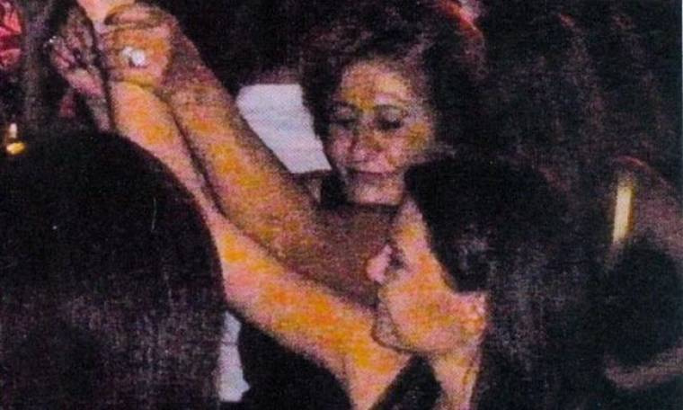 H μητέρα του Αντώνη Ρέμου αγκαλιά με την αγαπημένη του, Υβόννη