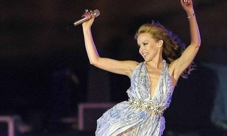 Η Kylie τραγουδά μπροστά από τις πυραμίδες