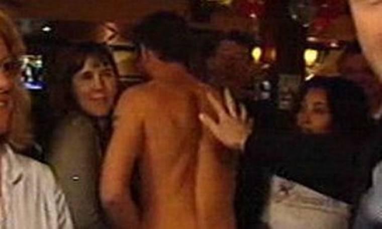 Άλκης Δαυίδ: Στέλνει και πάλι τον γυμνό διαδηλωτή μπροστά σε πολιτικό ηγέτη