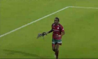 Video: Μια... πάπια εισβάλλει σε αγώνα Πρωταθλήματος του Βελγίου