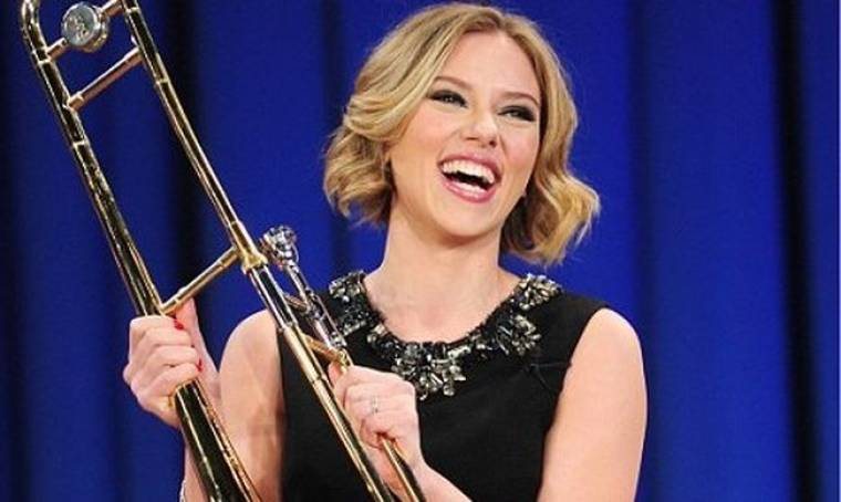 Video: Οι μουσικές επιδόσεις της Scarlett Johansson