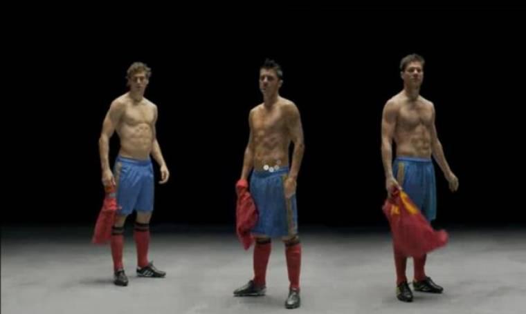 Video: Xabi Alonso, David Villa και Sergio Canales πετούν τις... φανέλες τους