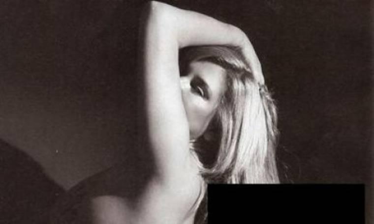 Ποιά είναι η ξανθιά γυμνόστηθη επώνυμη κυρία;