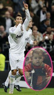 Καρέ καρέ στις κερκίδες για να δει τον μπαμπά το μωρό του Ronaldo
