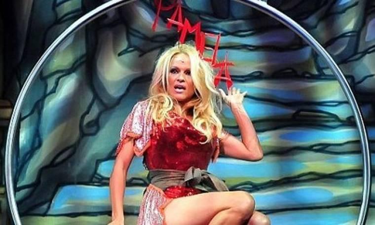 Ένα κόκκινο μαγιό για την Pamela Anderson