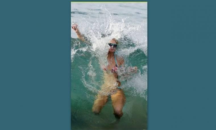 Ποια σταρ... παλεύει με τα κύματα;