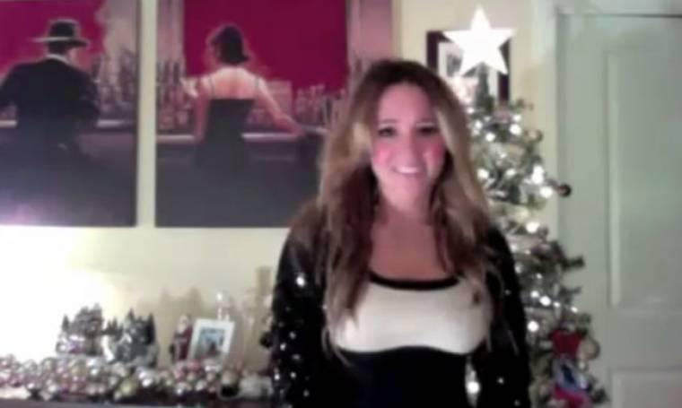 VIDEO: Η Καλομοίρα εύχεται «Καλά Χριστούγεννα» στους θαυμαστές της από τη Νέα Υόρκη