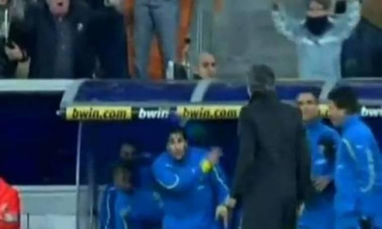 Video: Ποιος πέταξε... μπουκάλι στον Jose Mourinho;