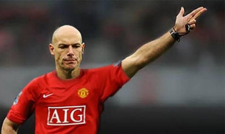 Παίκτης έντυσε διαιτητή με τη φανέλα της... Manchester United