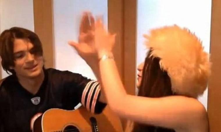 Video: Η Scout Willis τραγουδά με τον πατριό της