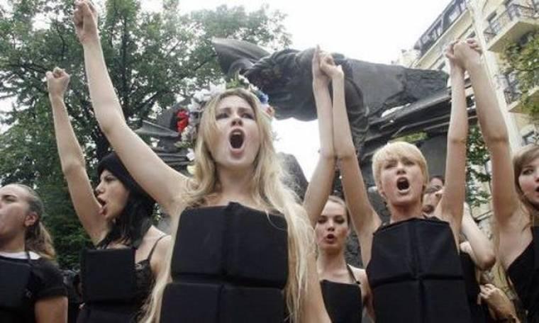 Η γυμνόστηθη διαδήλωση των Femen ενόψει Euro 2012