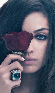 Η Mila Kunis στο W