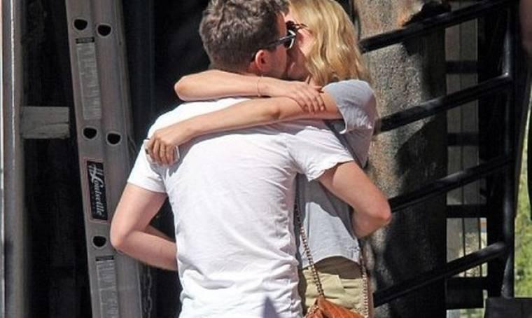 Το φιλί του Joshua Jackson στη σύντροφό του