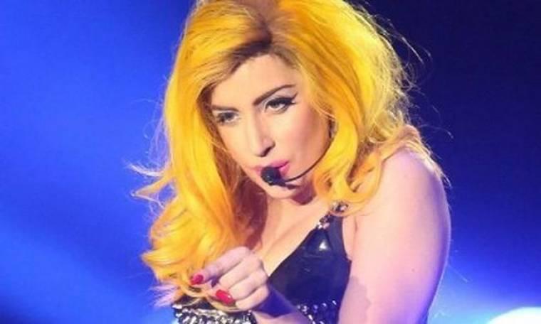 Η Lady Gaga παραδέχτηκε πως το κάνει το τσιγαράκι της